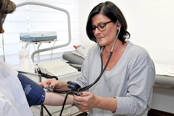 Hausarzt Blutdruck messen Langzeitblutdruckmessung