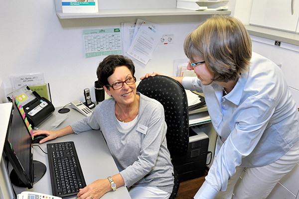 HausarztpraxisStuttgart - Arzt und Mitarbeiterin im Gespräch